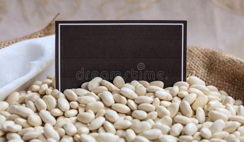Lima bönor i en säck med en etikett arkivfoton