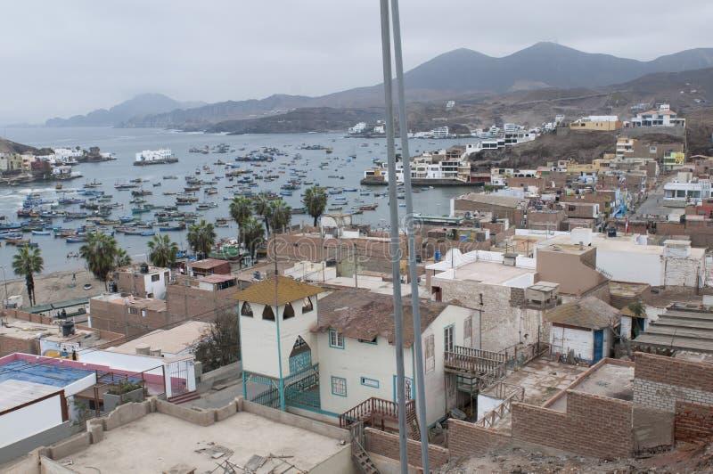 Lima, barcos en el puerto tradicional del pescador de Pucusana imagenes de archivo