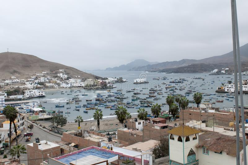 Lima, barcos en el puerto tradicional del pescador de Pucusana fotografía de archivo libre de regalías