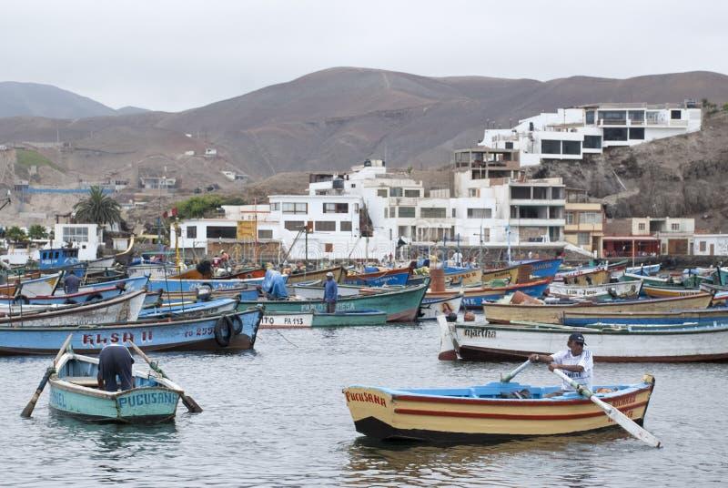 Lima, Boten in traditionele vissershaven van Pucusana royalty-vrije stock fotografie