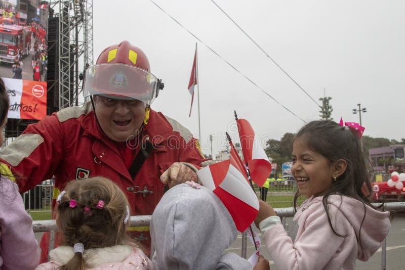 LIMA, PERÙ - 22 LUGLIO 2018: Parata dei vigili del fuoco per la ragione della festa dell'indipendenza peruviana fotografie stock libere da diritti