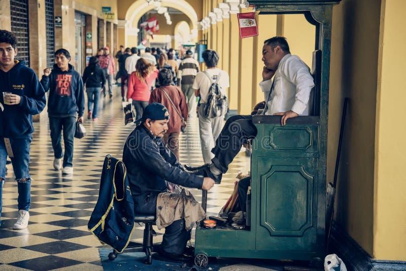 Lima/Perú - 07 18 2017: Hombre del limpiabotas fotografía de archivo