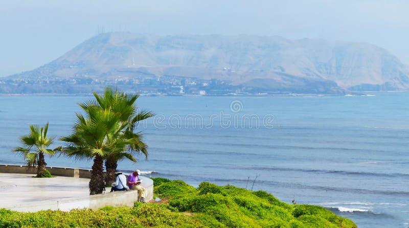 Lima, Perú Opinión de la Costa del Pacífico del parque en el distrito de Miraflores fotografía de archivo libre de regalías
