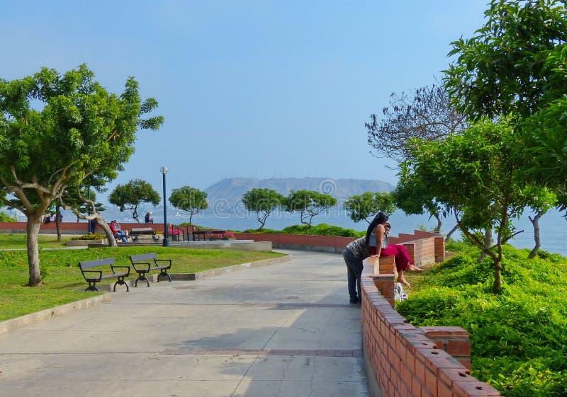 Lima, Perú, parque en el distrito de Miraflores con la opinión de la Costa del Pacífico imagen de archivo