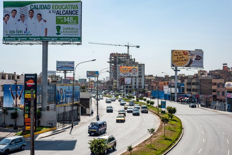 LIMA, PERU - 12. APRIL 2013: Lima City Street mit der Autobahn und dem Verkehr mit zwei Möglichkeiten stockfotografie