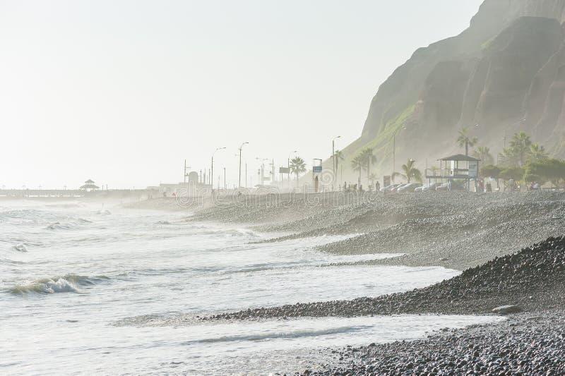 LIMA, PERU - APRIL 14, 2013: Zuid-Pacifische Oceaankust in Miraflores, Lima, Peru Bergplaatselijke bevolking en toeristen op Acht stock foto's