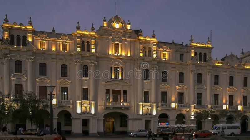LIMA, PERU CZERWIEC, 12, 2016: półmrok strzelał historyczny budynek przy placu San oknówką w Lima obraz royalty free