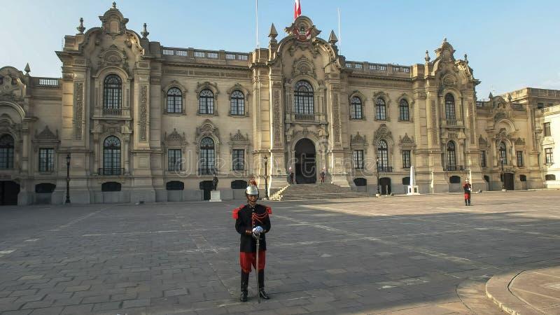 LIMA, PERU CZERWIEC, 12, 2016: popiera kogoś na widoku rządowy pałac w Lima, Peru obrazy royalty free