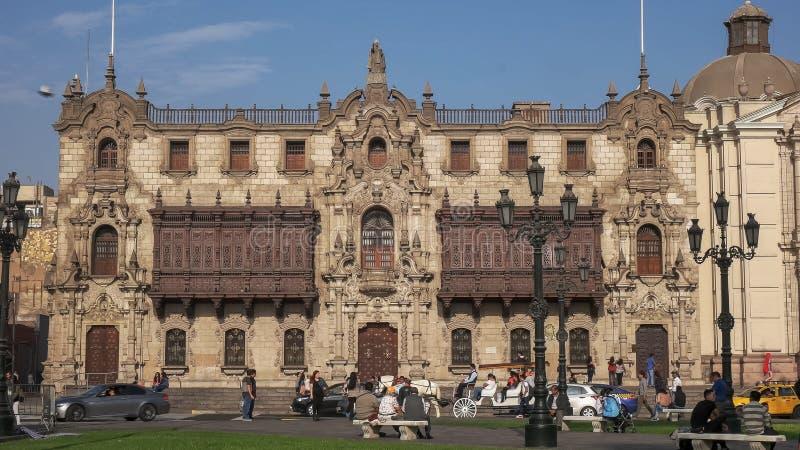 LIMA, PERU CZERWIEC, 12, 2016: szeroki widok powierzchowność archbishop pałac w Lima, Peru obrazy stock