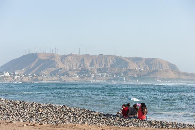 LIMA, PERU - 14 DE ABRIL DE 2013: Costa do oceano de South Pacific em Miraflores, Lima, Peru Povos e montanha locais no fundo fotos de stock royalty free