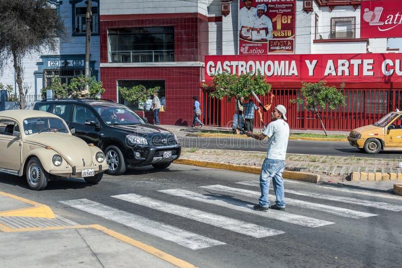 LIMA, PERU - 15 DE ABRIL DE 2013: Desempenho da rua Jogo com fogo na frente do carro Lima, Peru fotos de stock royalty free