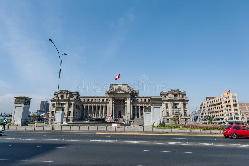 LIMA, PERU - 15 DE ABRIL DE 2013: Palácio de justiça em Lima fotos de stock royalty free