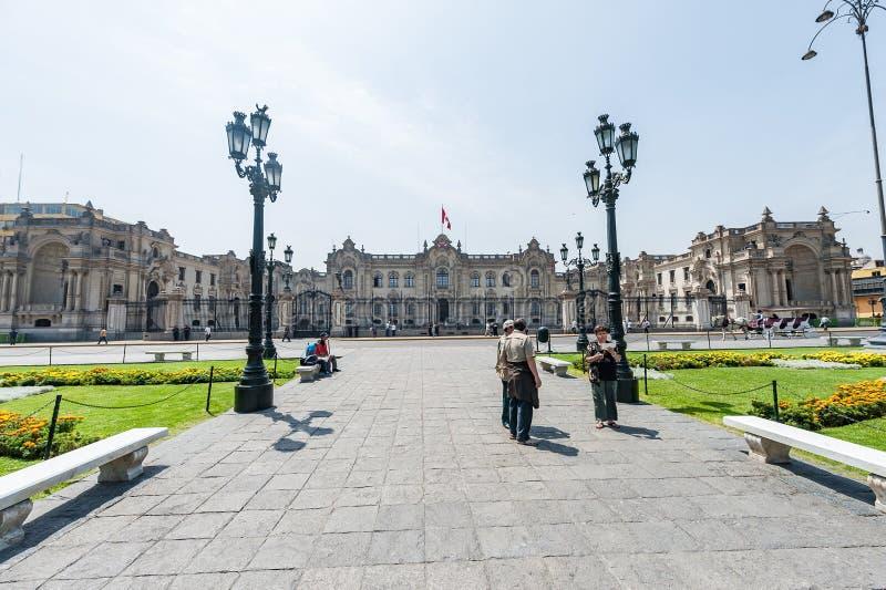 LIMA, PERU - 15 DE ABRIL DE 2013: Quadrado da catedral em Lima, Peru imagem de stock