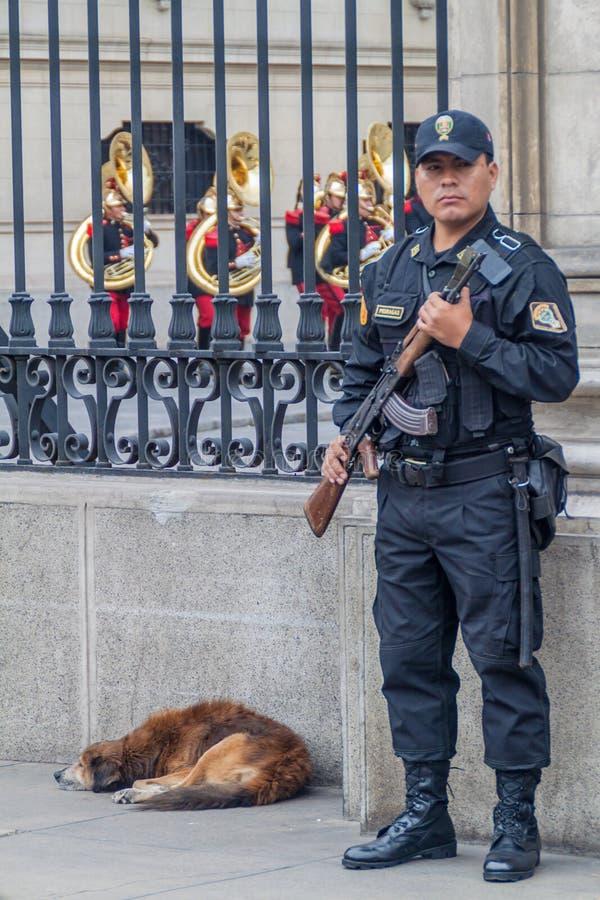 LIMA, PERU - 4 DE JUNHO DE 2015: Guarda armado na porta do palácio de Palacio de Gobierno o Governo em Lima, por fotos de stock