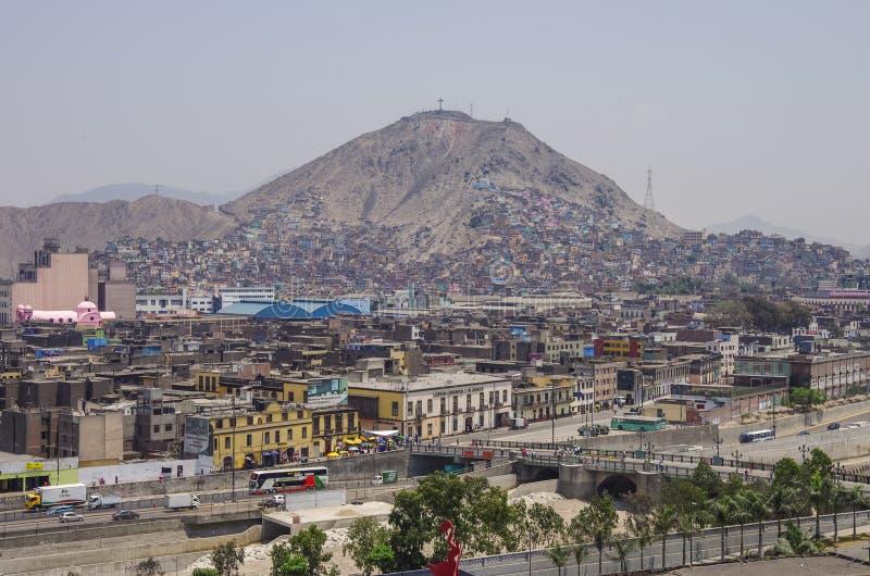 Lima, Peru - December 31, 2013: Krottenwijken op de helling van heuvel San C stock foto's