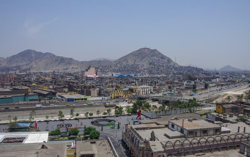 Lima, Peru - December 31, 2013: Krottenwijken op de helling van heuvel San C stock foto