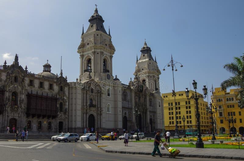 Lima Peru - December 31, 2014: Sikt av domkyrkakyrkan och royaltyfri foto