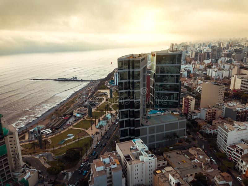 LIMA, PERU - dezembro, 12, 2018: Antena das construções de Miraflores do centro em Lima imagem de stock