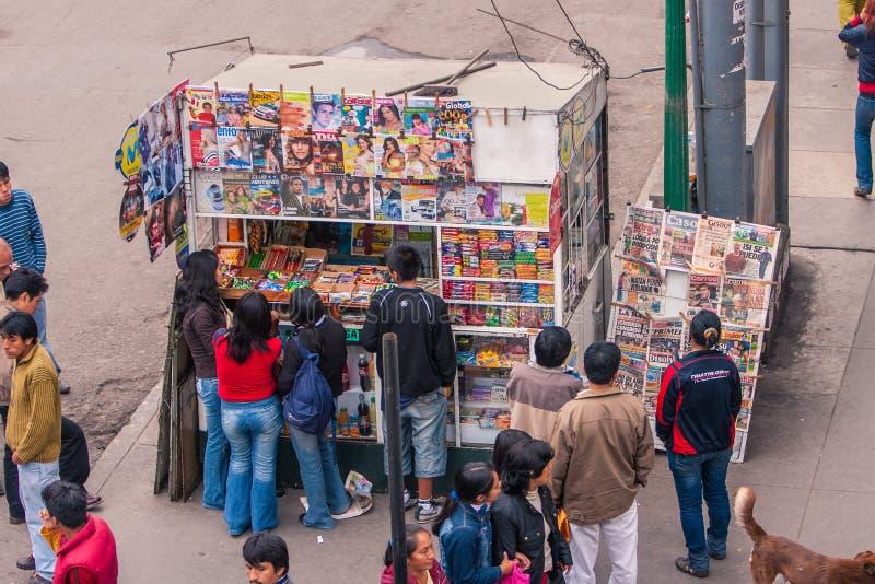 Lima/Peru Jun 13 2008: Kiosk met kleurrijke tijdschriften met mensen het wachten wordt behandeld die royalty-vrije stock foto's