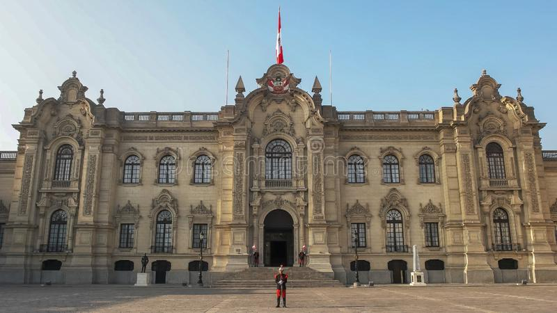 LIMA, PERU JUNHO, 12, 2016: exterior dianteiro do palácio do governo em Lima fotografia de stock