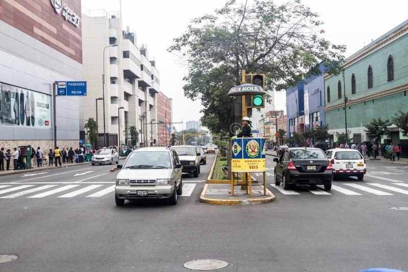 LIMA, PERU - 5. JUNI 2015: Verkehr auf Tacna-Allee in Li lizenzfreie stockfotos