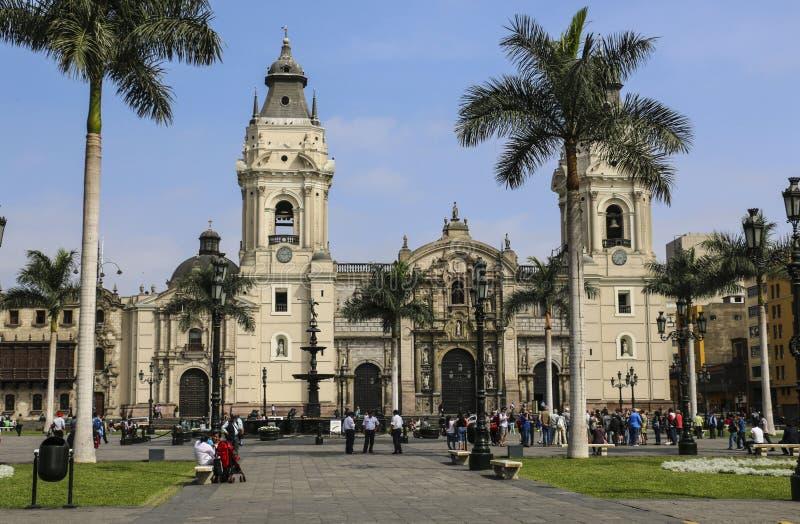 LIMA, 04,2015 PERU-NOVEMBER: De Basiliekkathedraal in Th wordt gevestigd dat royalty-vrije stock foto's