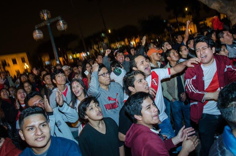 Lima Peru - OKTOBER 10th 2017: Fanatism i Peru Peru vs Colombia Ryssland 2018 arkivbild