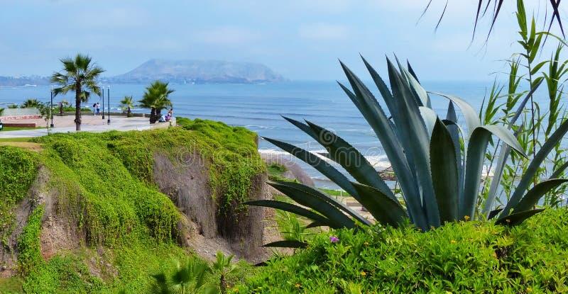 Lima, Peru Opinião da Costa do Pacífico e parque público no distrito de Miraflores imagens de stock