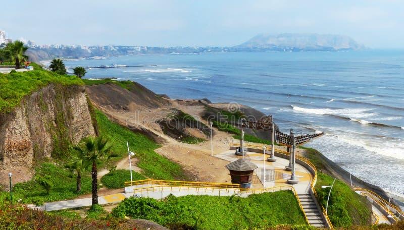 Lima, Peru Opinião da Costa do Pacífico no dia ensolarado no dist de Miraflores imagem de stock royalty free