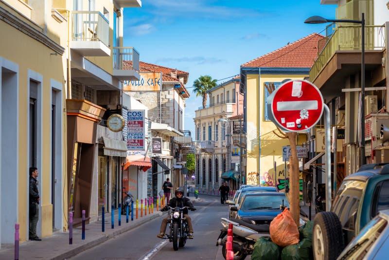 LIMASSOL, CHIPRE - 3 DE MARZO DE 2017: Vieja escena de la calle de la ciudad fotografía de archivo libre de regalías