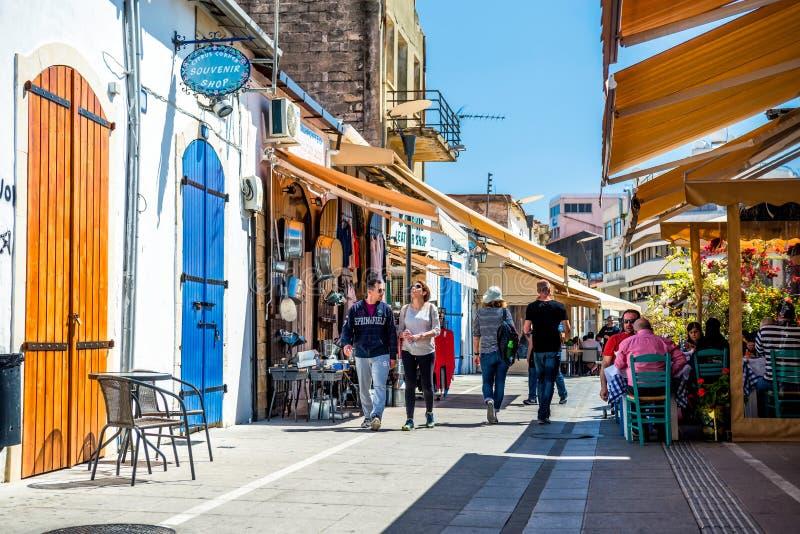 LIMASSOL, CHYPRE - 1er avril 2016 : Touristes et gens du pays à la place de château images stock