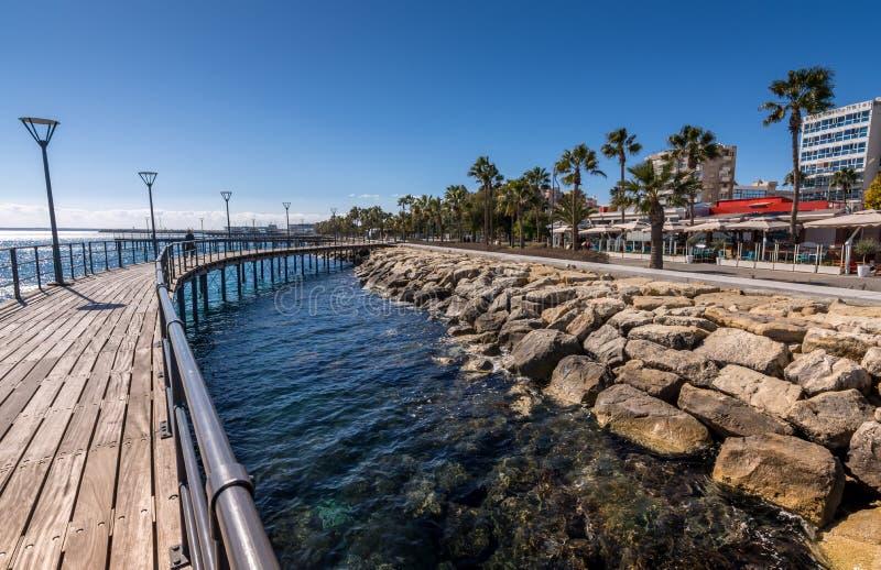 Limassol, Chypre - 15 février 2017 : Promenade au bord de la mer de Molos image stock