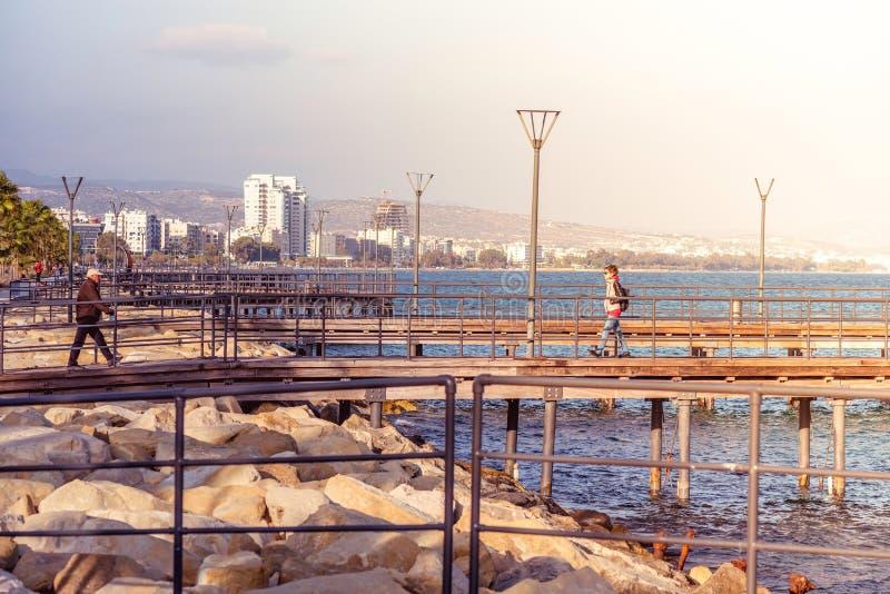 LIMASSOL, CHYPRE - 8 mars 2016 : Le bord de mer pi en bois de Limassol image libre de droits