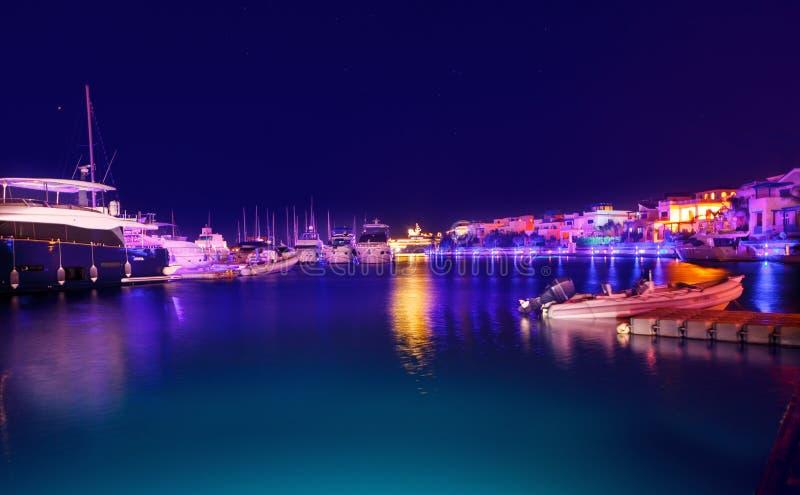 Limassol Cypern-Augusti 8, 2018: Marinasikt på natten slapp fokus arkivfoton