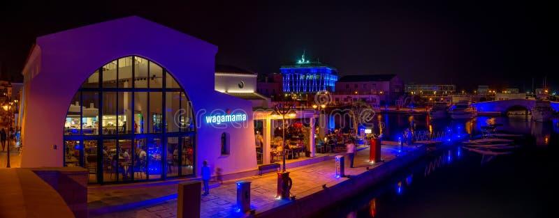 LIMASSOL CYPERN - 19 AUGUSTI 2014: Nattpanorama av en nyligen konstruerad Limassol marina arkivfoto