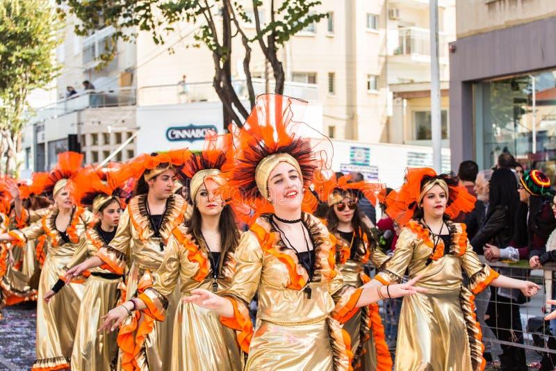 LIMASSOL CYPERN - FEBRUARI 26: Karnevaldeltagare på den Cypern karnevalet ståtar på Februari 26, 2017 i Limassol arkivfoton