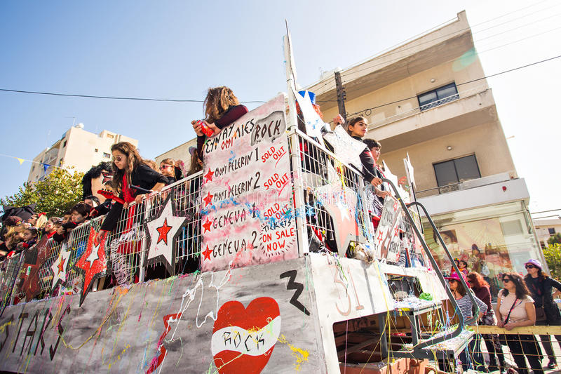LIMASSOL CYPERN - FEBRUARI 26: Karnevaldeltagare på den Cypern karnevalet ståtar på Februari 26, 2017 i Limassol arkivbilder