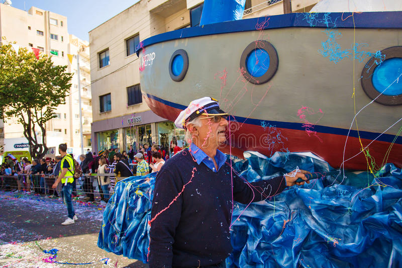 LIMASSOL CYPERN - FEBRUARI 26: Karnevaldeltagare på den Cypern karnevalet ståtar på Februari 26, 2017 i Limassol arkivfoto