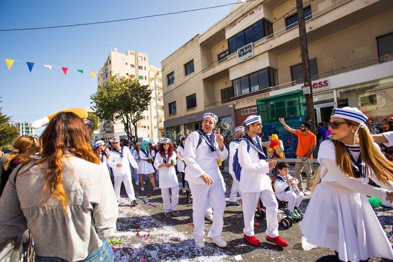 LIMASSOL CYPERN - FEBRUARI 26: Karnevaldeltagare på den Cypern karnevalet ståtar på Februari 26, 2017 i Limassol fotografering för bildbyråer