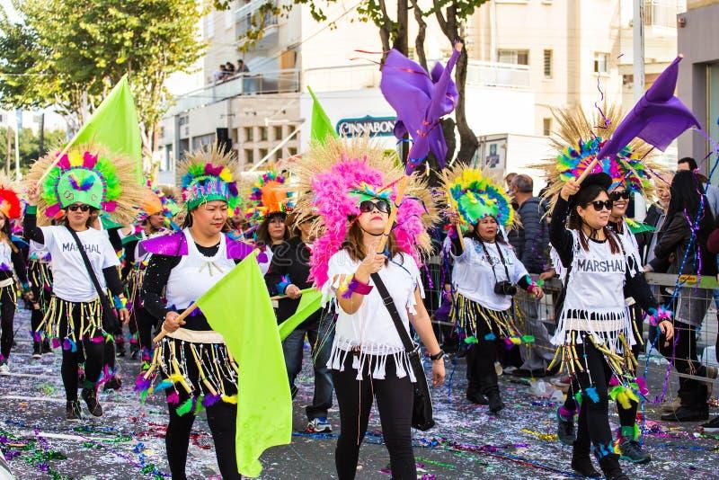 LIMASSOL CYPERN - FEBRUARI 26: Karnevaldeltagare på den Cypern karnevalet ståtar på Februari 26, 2017 i Limassol royaltyfri bild