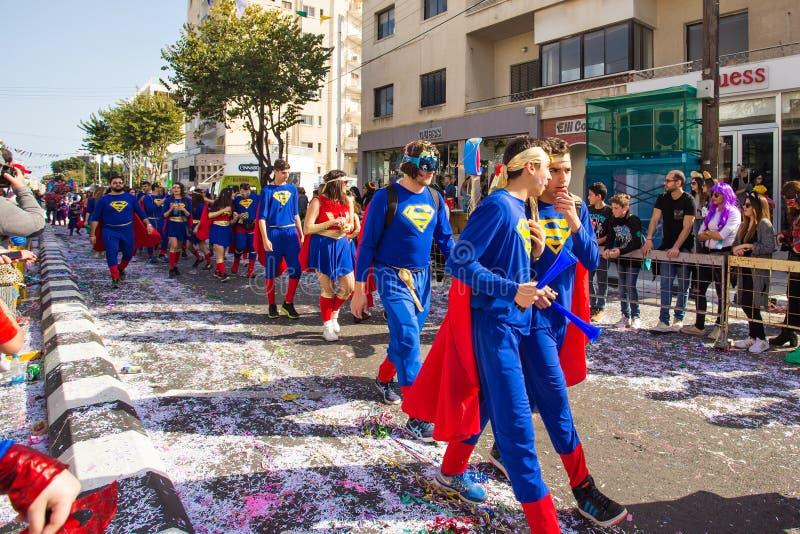 LIMASSOL CYPERN - FEBRUARI 26: Karnevaldeltagare på den Cypern karnevalet ståtar på Februari 26, 2017 i Limassol royaltyfria bilder