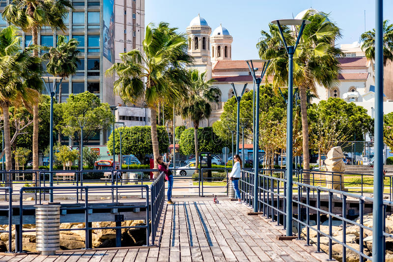 LIMASSOL CYPERN - mars 18, 2016: Folk som går på Limassols royaltyfri bild