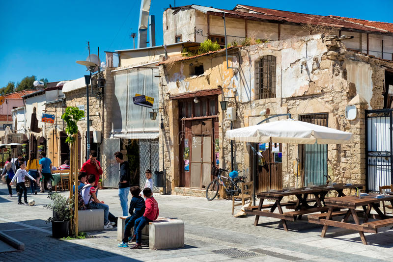 LIMASSOL CYPR, Kwiecień, - 01, 2016: Ludzie przy kwadratem blisko zdjęcie stock