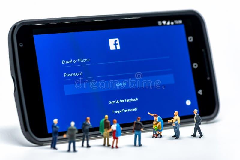 LIMASSOL, CYPRUS - DECEMBER 07, 2015: Groep die mensen bij Facebook-toepassingsteken letten op in pagina op smartphone Sociale ne stock afbeelding
