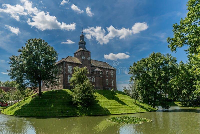 Limbricht slott som omges av vatten och gröna träd arkivbilder