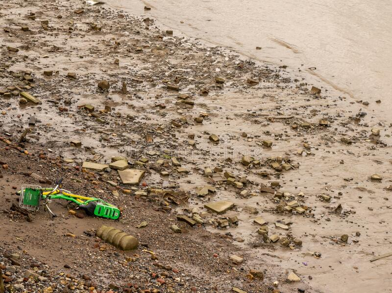 Lime e-Scooter, der in die Themse in East London geworfen wurde stockfotos