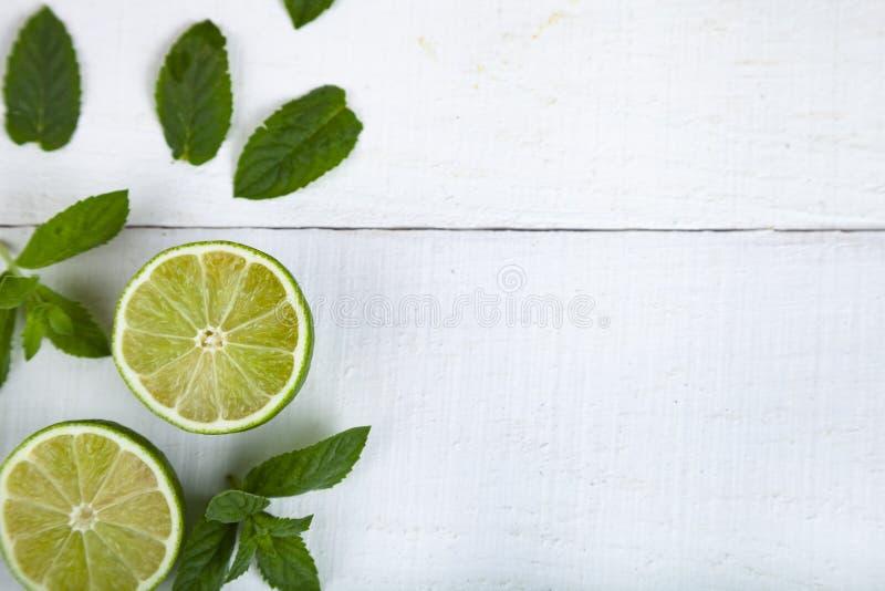 Limefrukt och mintkaramell på en trätabell royaltyfri foto
