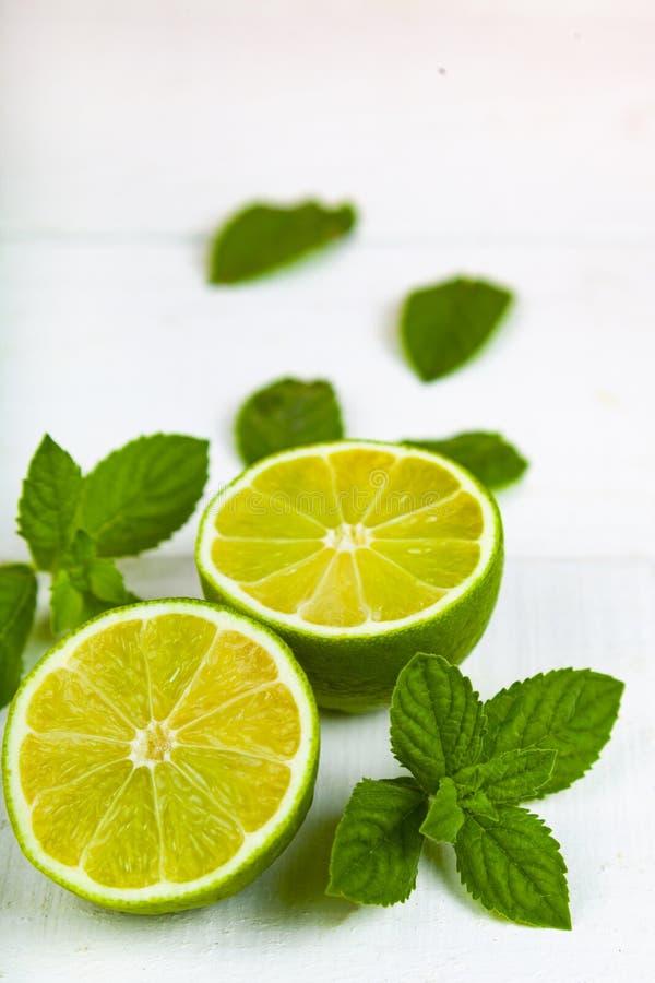 Limefrukt och mintkaramell på en trätabell royaltyfria foton