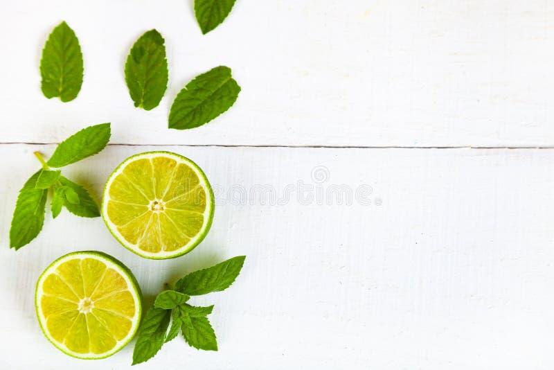 Limefrukt och mintkaramell på en trätabell arkivfoto