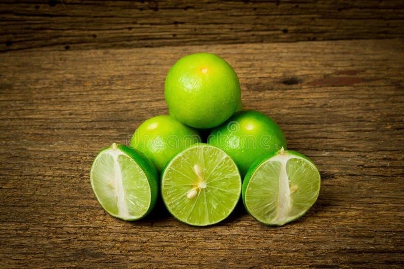 limefrukt på choppping brädeträ på trä Wood bakgrund royaltyfri fotografi
